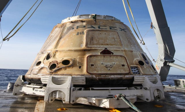 Dragon капсулата на SpaceX успешно се върна на земята с товар от МКС