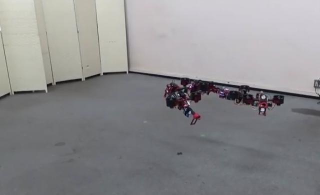 Дрон променя формата си, докато лети
