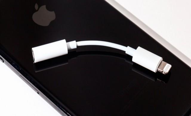 Новият iPhone XS струва 1099 долара, но в кутията няма да откриете преходника към 3.5 мм аудио жак