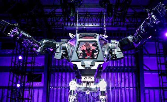 Милионер построи 4-метров боен робот