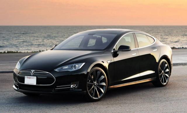 Шофьор на Tesla Model S заспива зад волана
