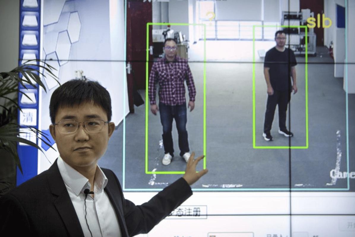 Китай с технология за разпознаване на хора по походката