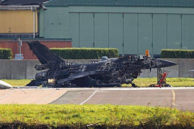 Техник унищожи 2 F16, докато ги ремонтира